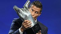 Cristiano Ronaldo z Realu líbá trofej pro Nejlepšího fotbalistu Evropy za sezónu 2015/16.
