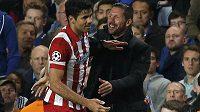 Radost dvou Diegů - trenér Atlétika Madrid Simeone a útočník Costa slaví postup do finále Ligy mistrů přes Chelsea.