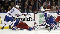 Parádní zákrok gólmana Rangers Henrika Lundqvista proti Montrealu.