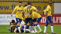 Fotbalisté Teplic se radují z gólu proti Spartě.
