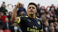 Střelec Arsenalu Alexis Sánchez se raduje. Kanonýři vyhráli na půdě Stoke 4:1.