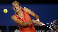 Česká tenistka Barbora Záhlavová-Strýcová v utkání proti Viktorii Azarenkové na Australian Open.