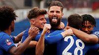 Radost fotbalistů Chelsea v semifinále Anglického poháru s Manchesterem United. S vyplazeným jazykem uprostřed je Olivier Giroud, střelec úvodního gólu londýnského celku.