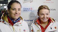 Skikrosařky Andrea Zemanová (vlevo) a Nikol Kučerová před odletem na olympijské hry v Soči.