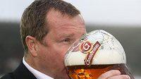 Plzeňskému kouči Pavlu Vrbovi při oslavách titulu pivo jistě chutnalo.