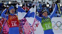 Finové Iivo Niskanen (vlevo) a Sami Jauhojärvi slaví vítězství v olympijském závodu v týmovém sprintu klasickou technikou.