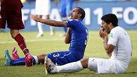 Italský obránce Giorgio Chiellini si drží rameno, uruguayský snajpr Luis Suárez zase chrup. Kousl skutečně italského soupeře?