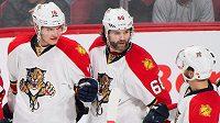 Aleksander Barkov (16), Jaromír Jágr (68) a Jonathan Huberdeau (11) se radují z branky Floridy v zápase NHL.