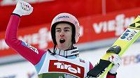 Takto slavil Stefan Kraft po druhém místě na můstku v Innsbrucku.