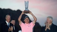 Golfista Jason Dufner s trofejí pro vítěze turnaje v La Quintě.
