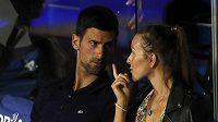 Serbský tenista Novak Djokovič (vlevo) v rozhovoru se svojí manželkou Jelenou během turnaje v Bělehradě.