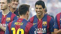 Útočník Barcelony Luis Suárez (vpravo) se zdraví s hvězdným Argentincem Lionelem Messim.
