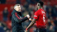 Kouč Manchesteru United Ole Gunnar Solskjaer a kanonýr Paul Pogba po vítězství nad Huddersfieldem.