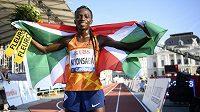 Francine Niyonsabaová z Burundi vylepšila v Záhřebu světový rekord na 2000 metrů.