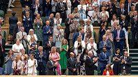 Diváci na centrkurtu vestoje tleskali spoluvynálezkyni vakcíny Astrazeneca Sarah Gilbertové