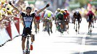 Český cyklista v cíli šesté etapy Tour de France všem svým konkurentům ujle a vychutnal si životní triumf.