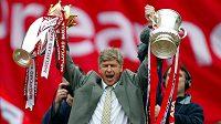 Velký okamžik v kariéře Arséna Wengera. V roce 2002 vybojoval s Arsenalem titul v Premier League i triumf v anglickém poháru.
