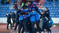 Fotbalisté Ázerbájdžánu oslavují remízu 0:0 s Českou republikou.