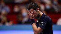Srb Novak Djokovič během čtvrtfinále s Italem Lorenzem Sonegou z Itálie.