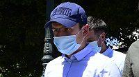 Anglický fotbalista Harry Maguire opouští soudní budovu v Řecku.