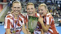 Hráčky Pixbo pózují s pohárem pro vítězky. Zleva jsou české hráčky švédského týmu Denisa Ratajová a Eliška Krupnová.