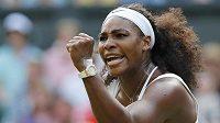 Serena Williamsová zatíná pěst po vítězném míčku v zápase proti Heather Watsonové ve 3. kole Wimbledonu