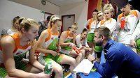 Trenér Handicapu Viktor Pruša se svými svěřenkyněmi ve finále Českého poháru basketbalistek