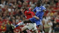 Útočník Manchesteru United Wayne Rooney (vlevo) se snaží uniknout Ramiresovi z Chelsea.