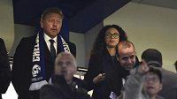 Bývalý tenista Boris Becker fandil chelsea proti PSG s šálou Chelsea ozdobenou o symbol rasistického gangu.
