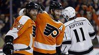 Hokejisté Philadelphia Flyers Sean Couturier a Jakub Voráček (vlevo) slaví gól proti Los Angeles.