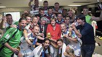 Německý prezident Joachim Gauck (uprostřed vlevo) i kancléřka Angela Merkelová v šatně Estadio Maracaná slavili společně s německými fotbalisty čtvrtý titul mistrů světa.
