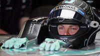 Soustředěný výraz Nika Rosberga při prvním měřeném tréninku v Silverstonu.