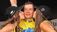 Sladké políbení od hostesek jako bonus pro Leopolda Königa za celkový triumf v Czech Cycling Tour.