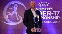 Karel Rada, trenér české ženské reprezentace do sedmnácti let, s trofejí pro vítěze mistrovství Evropy.