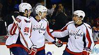 Jevgenij Kuzněcov (uprostřed) z Washingtonu při utkání s NY Islanders.