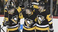 Hokejisté Pittsburghu oslavují gól. Dokážou potřetí v řadě vyhrát Stanley Cup?