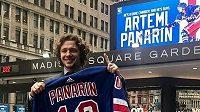 Artemi Panarin z New York Rangers. Úspěšný hokejista a také muž, který daroval nemocnici 1500 masek na boj s koronavirem.