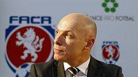 Známý anglický rozhodčí Howard Webb podpořil v Praze projekt Šance pro fotbal.