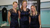 České tenistky Lucie Šafářová (vlevo), Petra Kvitová a Klára Zakopalová v nových modrých šatech s černou krajkou.