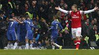 Fotbalisté Chelsea vyhráli londýnské derby nad Arsenalem. Hostující Jack Wilshere (vpravo) se marně rozčiloval.