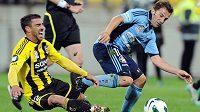 Alessandro Del Piero (vpravo) při svém debutu v australské lize za FC Sydney bojuje o míč s Mannym Muscatem z Wellingtonu