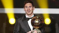 Argentinec Lionel Messi se Zlatým míčem pro nejlepšího fotbalistu roku 2012 při slavnostním vyhlašování v Curychu.