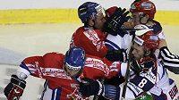 Tomáš Plekanec a Lukáš Krajíček v bitce s ruskými hokejisty Burdasovem a Burmistrovem v utkání Euro Hockey Tour v Brně.