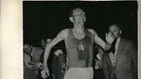 Emil Zátopek probíhá v červnu roku 1954 cílem a nastavuje další světový rekord na 10 000 metrů.