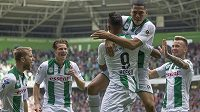 Fotbalisté Groningenu oslavují ligové vítězství nad Heerenveenem.