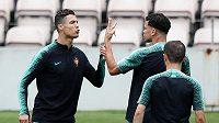 Portugalští reprezentanti Cristiano Ronaldo a Pepé na tréninku národního týmu.