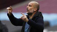 Trenér Pep Guardiola diriguje své svěřence z Manchesteru City.