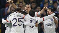 Útočník Paris St. Germain Zlatan Ibrahimovic (vzadu) slaví se spoluhráči gól proti Chelsea.