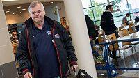Trenér české hokejové reprezentace Vladimír Vůjtek před odletem na MS do Moskvy.