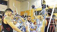 Vítězný tým slaví vítězství. Basketbalisté Nymburka zvítězili ve finále Českého poháru v Plzni po dramatické bitvě nad USK Praha 100:94 po prodloužení a trofej získali počtvrté za sebou.